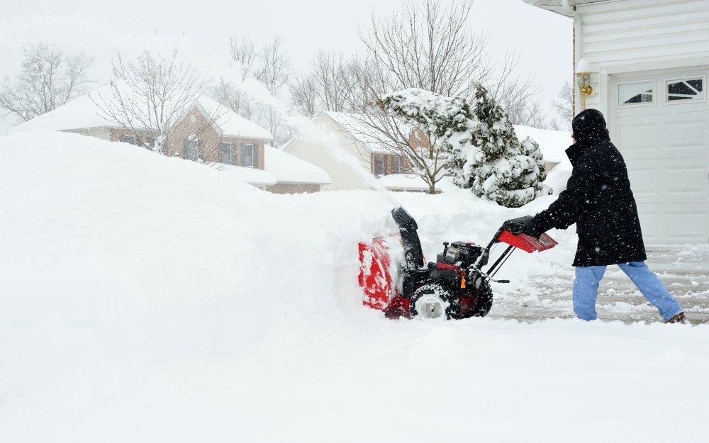 Как правильно убирать снег бензиновым и электрическим снегоуборщиком в разных условиях