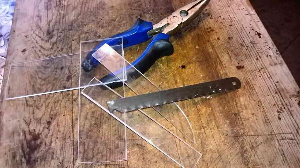 Чем резать оргстекло домашнему мастеру: виды инструментов