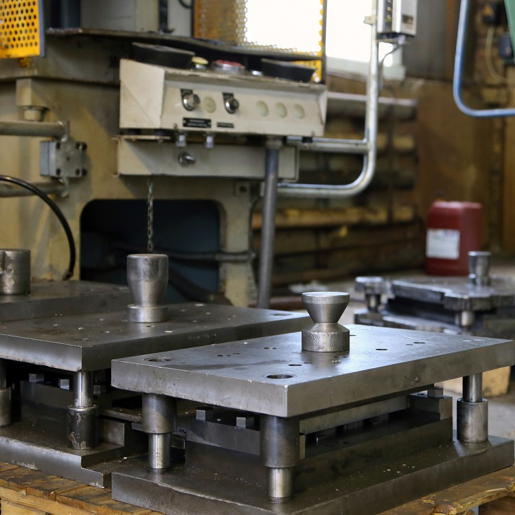 Штамповка деталей из листового металла: холодная штамповка