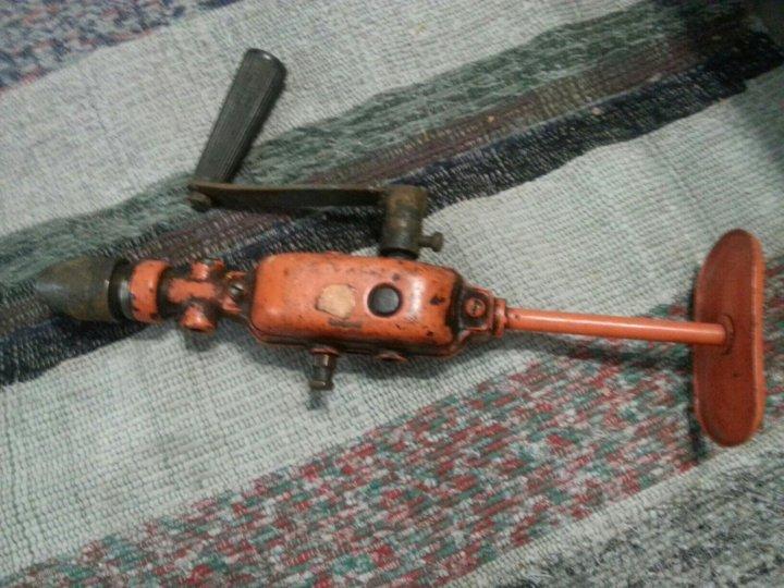 Механическая ручная дрель полезный инструмент