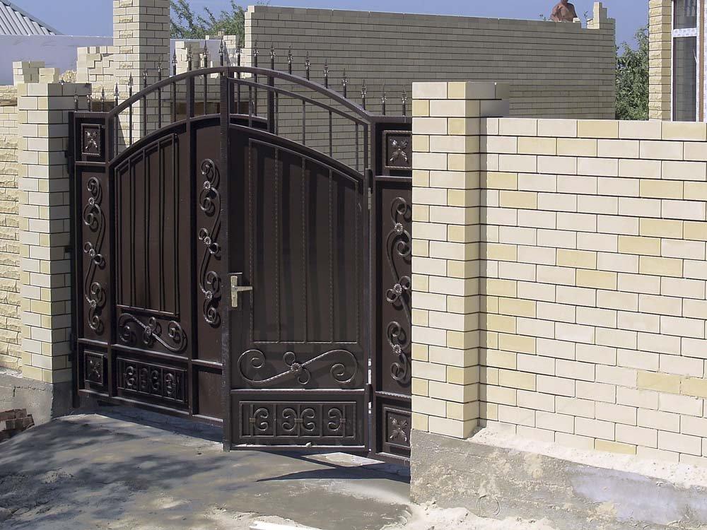 Кованые ворота с калиткой (35 фото): плюсы и минусы, особенности установки