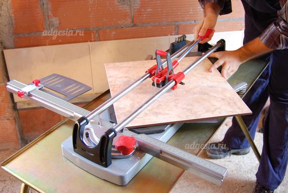 Как пользоваться ручным плиткорезом? знакомство с инструментом. как правильно резать плитку различными плиткорезами?