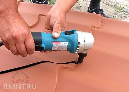 Чем резать металлочерепицу: советы, при укладке на крышу