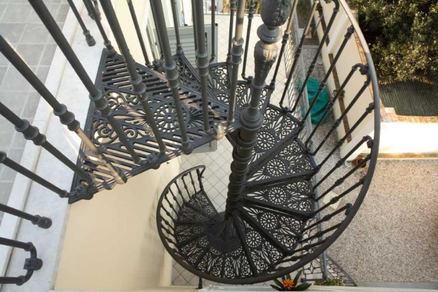 Винтовая лестница из металла: достоинства и особенности эксплуатации
