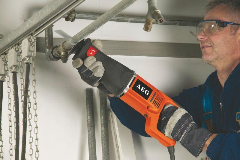 Упрощаем процесс обработки различных материалов: электрическая сабельная пила